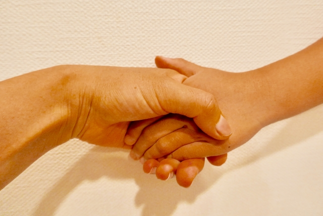 AKB握手会のアルバイトに女性募集は存在する?仕事内容や探し方をご紹介